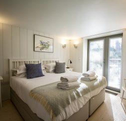 The Houseboat Poole Poole Hamworthy Dorset Forward Quarters Bedroom Award Winning Holiday Property