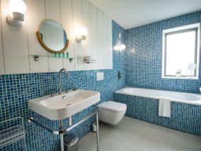 The Houseboat Poole Hamworthy Dorset The Head Family Bathroom Award Winning Holiday Property